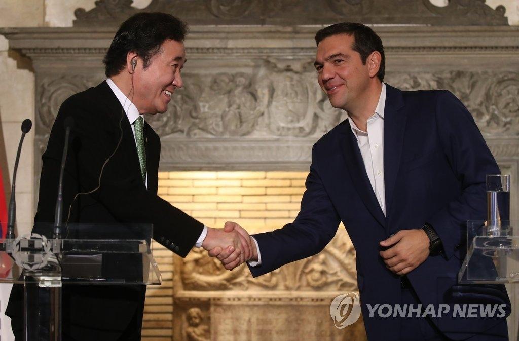 当地时间10月23日,在希腊雅典,韩国国务总理李洛渊(左)与希腊总理齐普拉斯在会谈后共同会见记者。(韩联社)