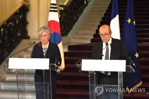 当地时间10月23日,在法国外交部,韩国外长康京和(左)和法国外长勒德里昂举行会谈后共同会见记者。(韩联社/韩国驻法国大使馆提供)