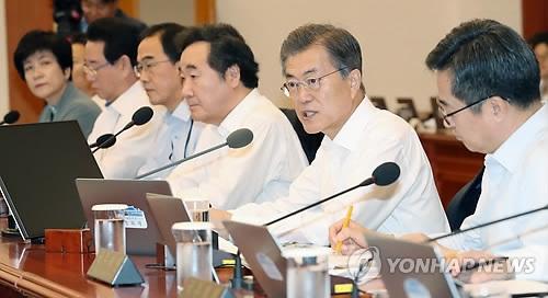 10月24日上午,在韩国总统府青瓦台,总统文在寅(右二)出席国务会议并发言。(韩联社)