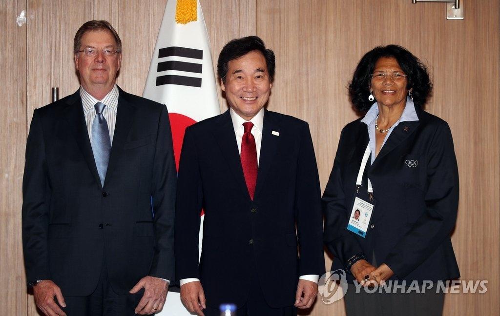 10月24日,在希腊奥林匹亚,李洛渊和美国奥委会主席普罗夫斯特(左)会面并合影。(韩联社)