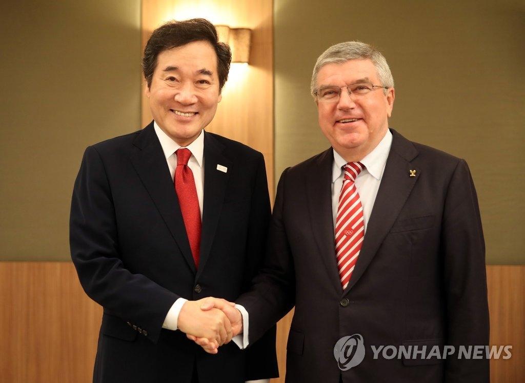 李洛渊(左)与国际奥委会主席巴赫(韩联社)
