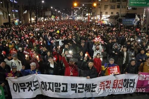 资料图片:3月4日,在首尔光化门广场,韩国民众举行烛光集会要求弹劾朴槿惠。(韩联社)