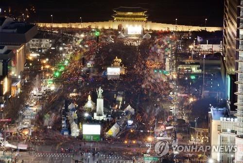 资料图片:2月25日,在首尔光化门广场,韩国民众举行烛光集会要求弹劾朴槿惠。(韩联社)