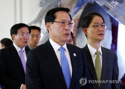 当地时间10月24日,在菲律宾克拉克,韩国国防部长官宋永武(中)出席第四届东盟防长扩大会议。(韩联社)