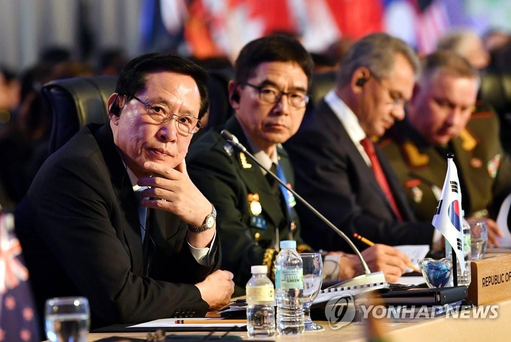 当地时间10月24日,在菲律宾克拉克,韩国国防部长官宋永武(左)出席第四届东盟防长扩大会议上聆听发言。(韩联社)