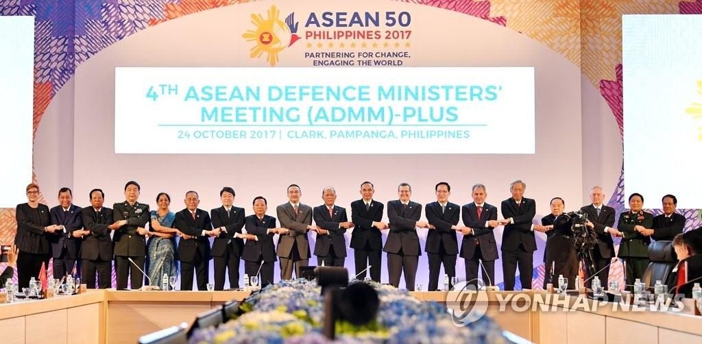 当地时间10月24日,在菲律宾克拉克,第四届东盟防长扩大会议的与会人士合影留念。(韩联社)