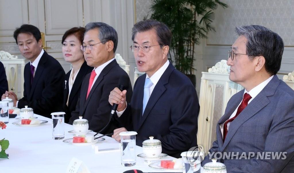 10月25日上午,在韩国总统府青瓦台,总统文在寅(右二)向四强大使颁发国书后举行茶话座谈会。(韩联社)