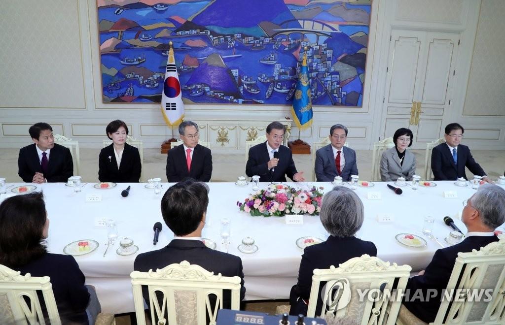 10月25日上午,在韩国总统府青瓦台,总统文在寅(右四)向四强大使颁发国书后举行茶话座谈会。(韩联社)