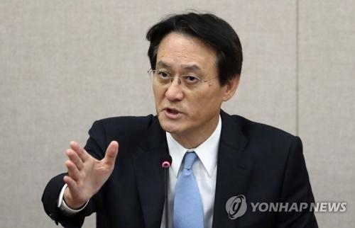 10月25日下午,在首尔外交部大楼,韩国驻日大使李洙勋在记者招待会上发言。(韩联社)