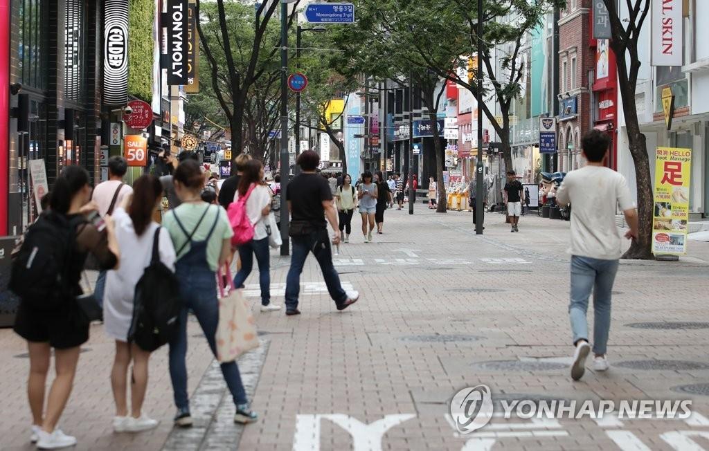 资料图片:首尔明洞略显冷清 (韩联社)
