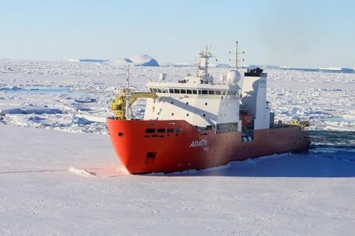资料图片:ARAON号破冰前行。(韩联社)