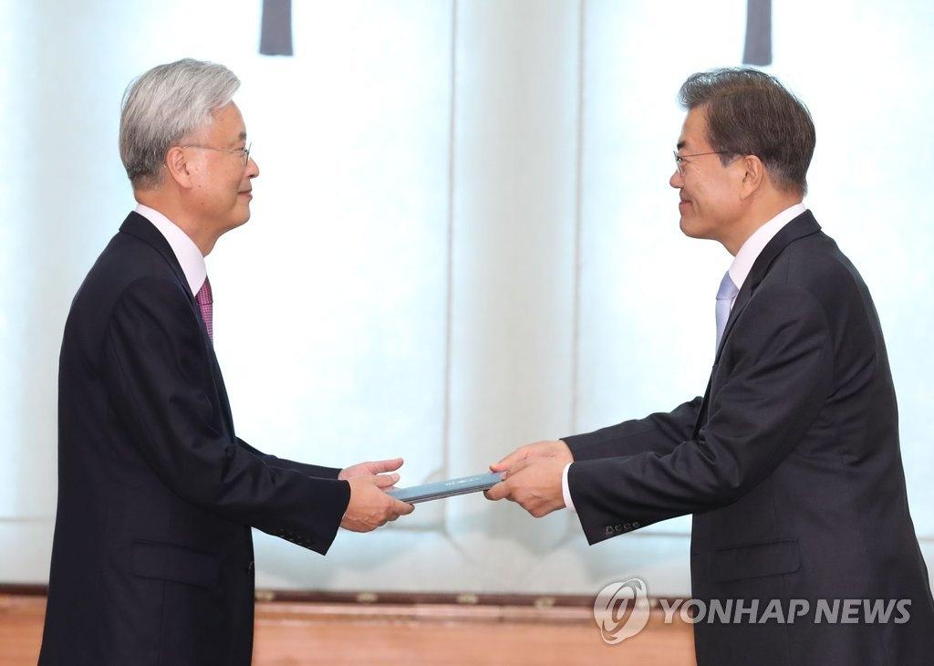 10月25日,在韩国总统府青瓦台,总统文在寅(右)向新任驻美大使赵润济颁发任命书。(韩联社)