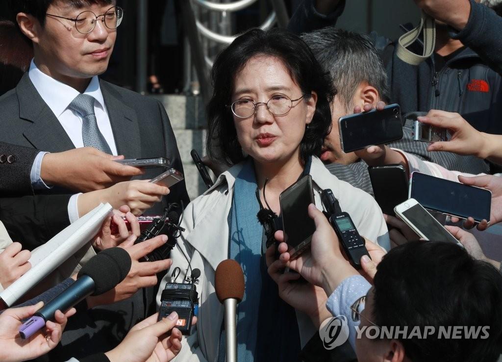 接受记者采访的世宗大学教授朴裕河(韩联社)