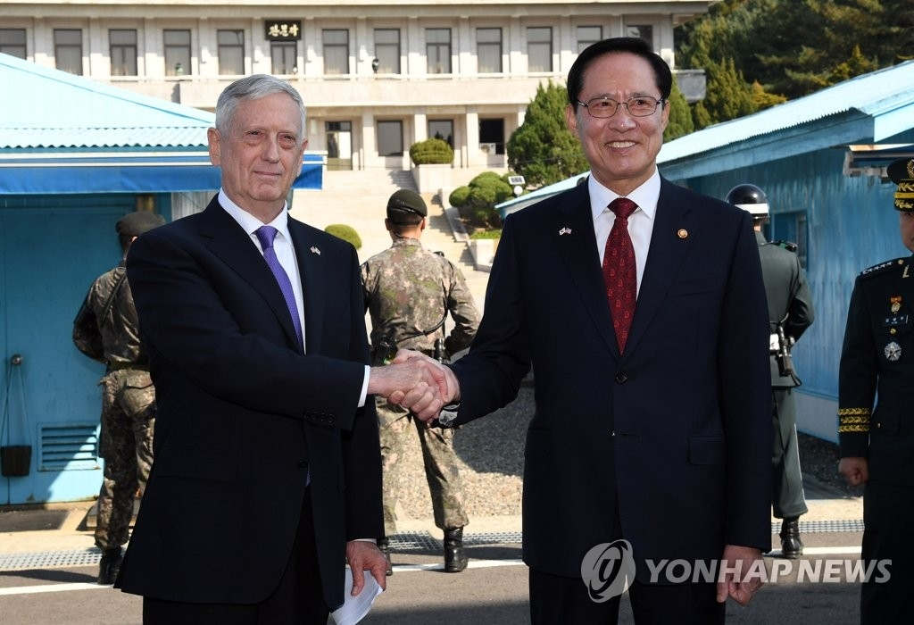 10月27日下午,在位于京畿道坡州市的非军事区板门店共同警备区域,韩国国防部长官宋永武(右)同美国国防部长马蒂斯握手合影。(韩联社)