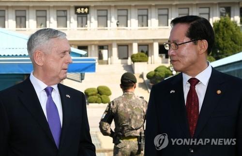 10月27日,韩国国防部长官宋永武(右)和美国国防部长马蒂斯一道前往板门店共同警备区,向朝释放警告信号。(韩联社)