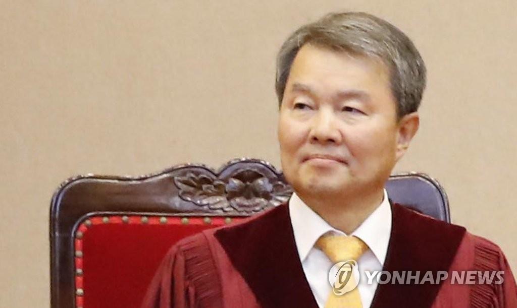 10月27日下午,宪院法官李镇盛获宪院院长提名。图为李镇盛26日审理违宪法律审判案件和宪法诉讼审判案件。 (韩联社)