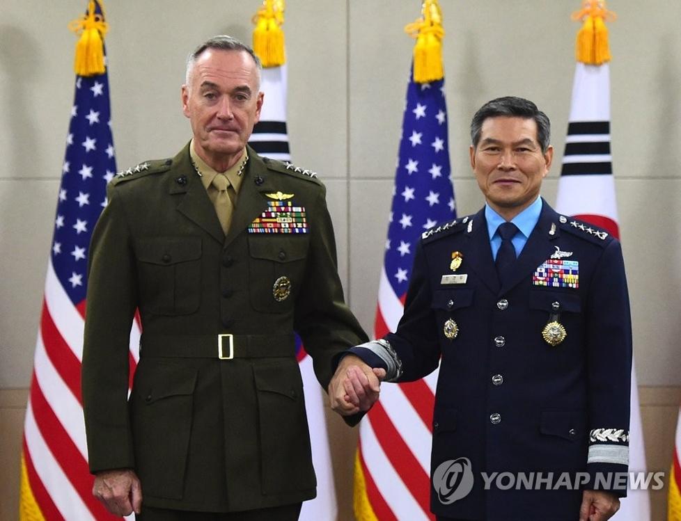 10月27日,在首尔,美国参谋长联席会议主席约瑟夫·邓福德(左)同韩国联参议长郑景斗出席第42次韩美军事委员会(MCM)正式会议和高级别会议前握手合影。(韩联社/联参提供)