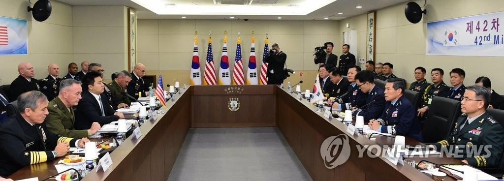 10月27日,第42次韩美军事委员会(MCM)正式会议和高级别会议在首尔举行。美国参谋长联席会议主席约瑟夫·邓福德、韩国联参议长郑景斗等有关人士出席。(韩联社/联参提供)