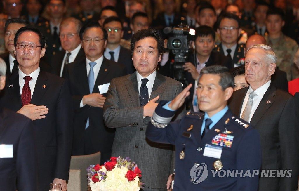 10月27日下午,在首尔,驻韩美军战友会和韩美同盟财团共同主办韩美同盟晚宴。韩国国防部长官宋永武(二排左起)、国务总理李洛渊、美国防长马蒂斯、韩国联参议长郑景斗(右二)出席。(韩联社)