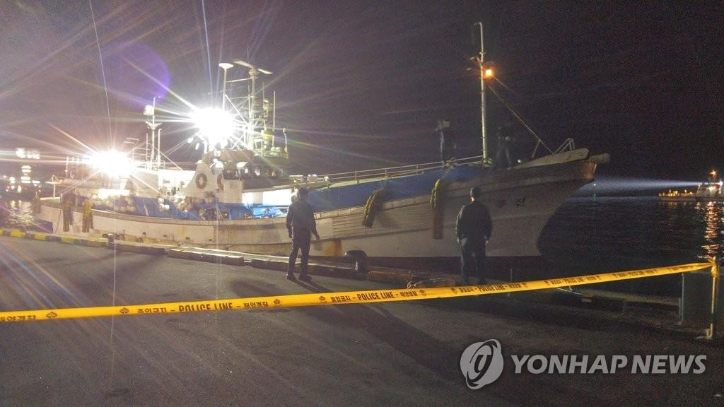10月27日,被朝鲜送还的韩国渔船平安抵达束草港。(韩联社)