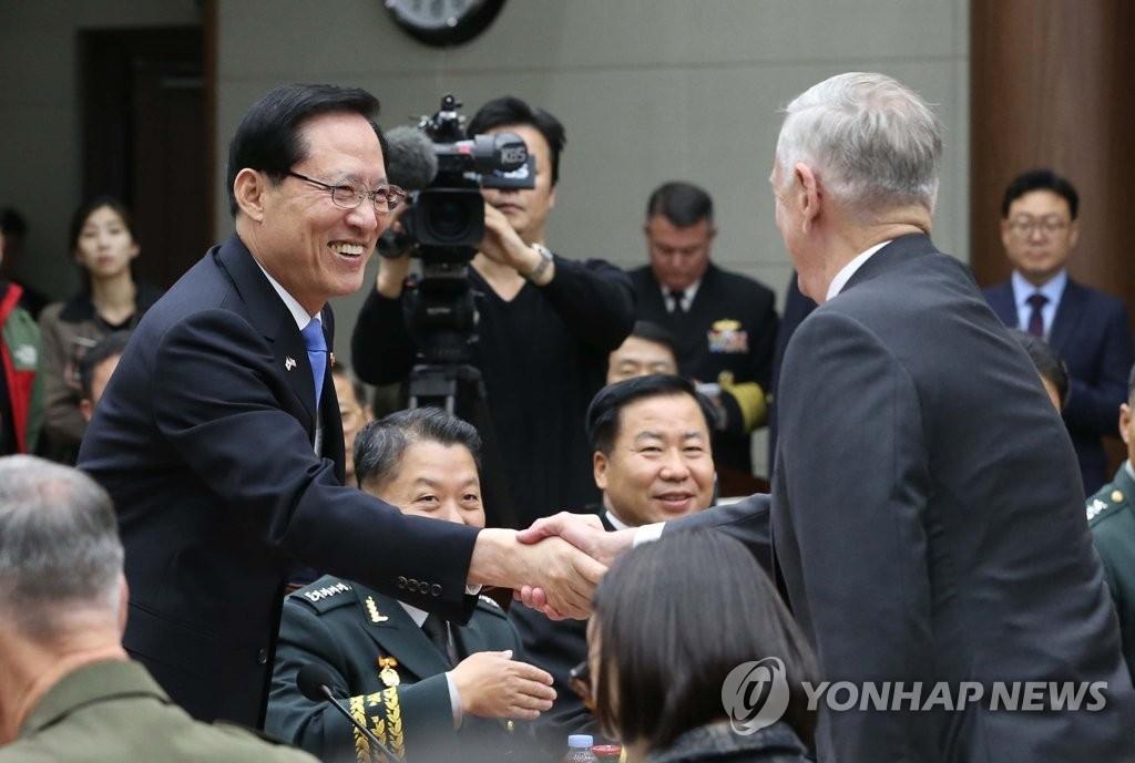 10月28日,第49届韩美安保会议(SCM)在龙山国防部大楼举行。图为韩国防长宋永武(左)同美国防长马蒂斯在会上握手。(韩联社)