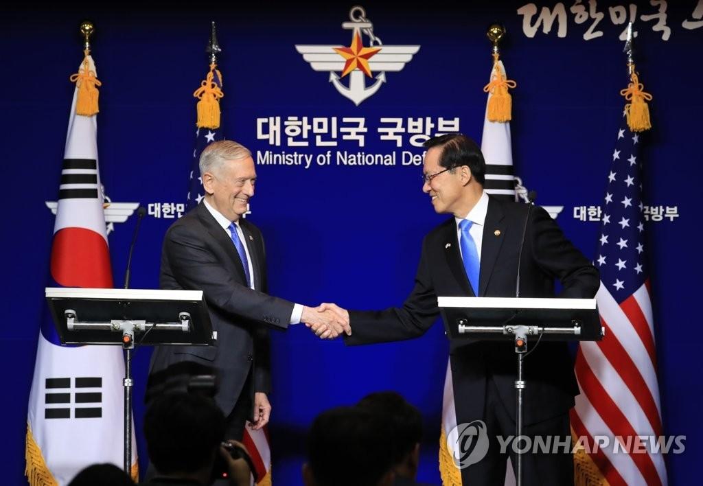 10月28日,第49届韩美安保会议(SCM)在首尔国防部大楼举行。韩国防长宋永武(右)和美国国防部长马蒂斯会后举行共同记者会。图为双方握手。(韩联社)