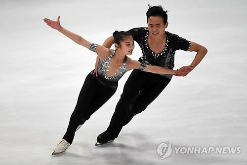 资料图片:朝鲜双人滑组合廉太钰、金柱希(韩联社)