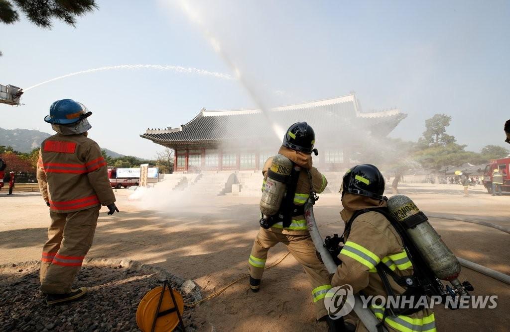 资料图片:灾难救援演习(韩联社)