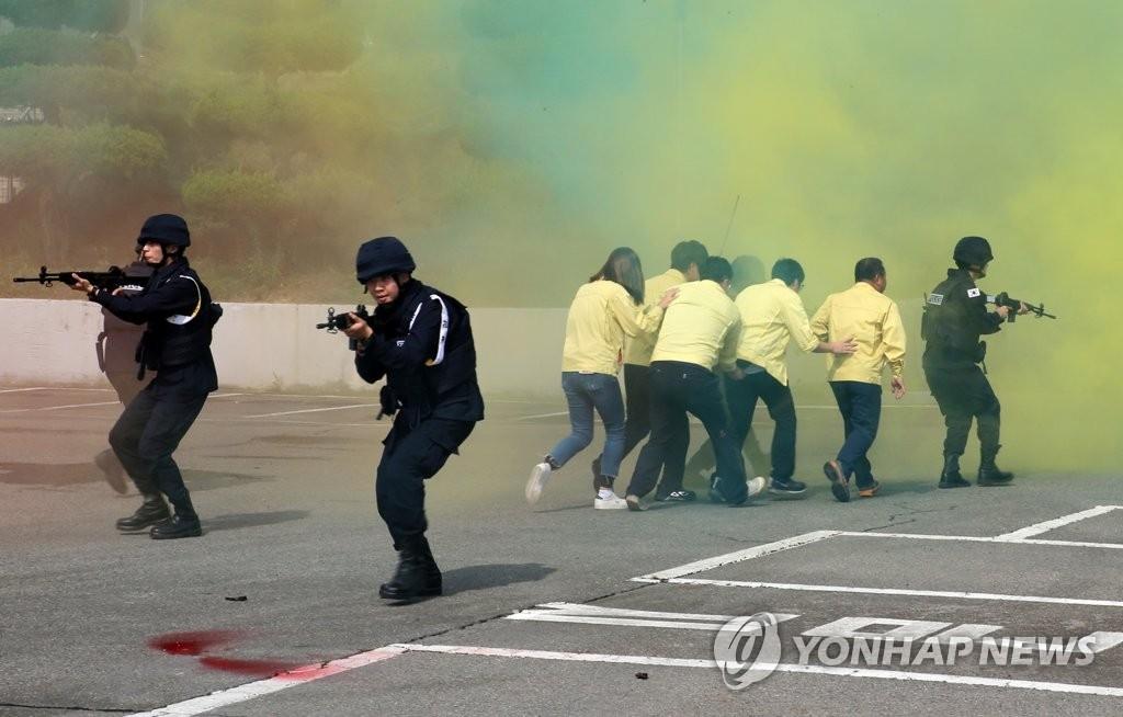 资料图片:防范化武演习(韩联社)