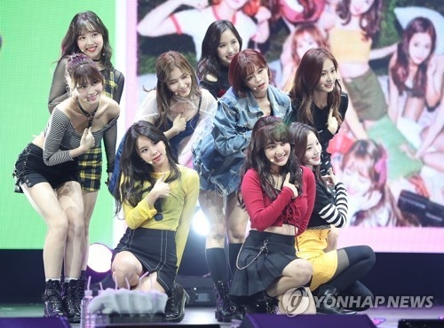 《Twicetagram》主打歌《Likey》舞台(韩联社)