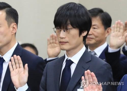 10月30日下午,在韩国国会国政监查现场,NAVER联合创办人兼全球投资总监李海珍在作证前宣誓。(韩联社)