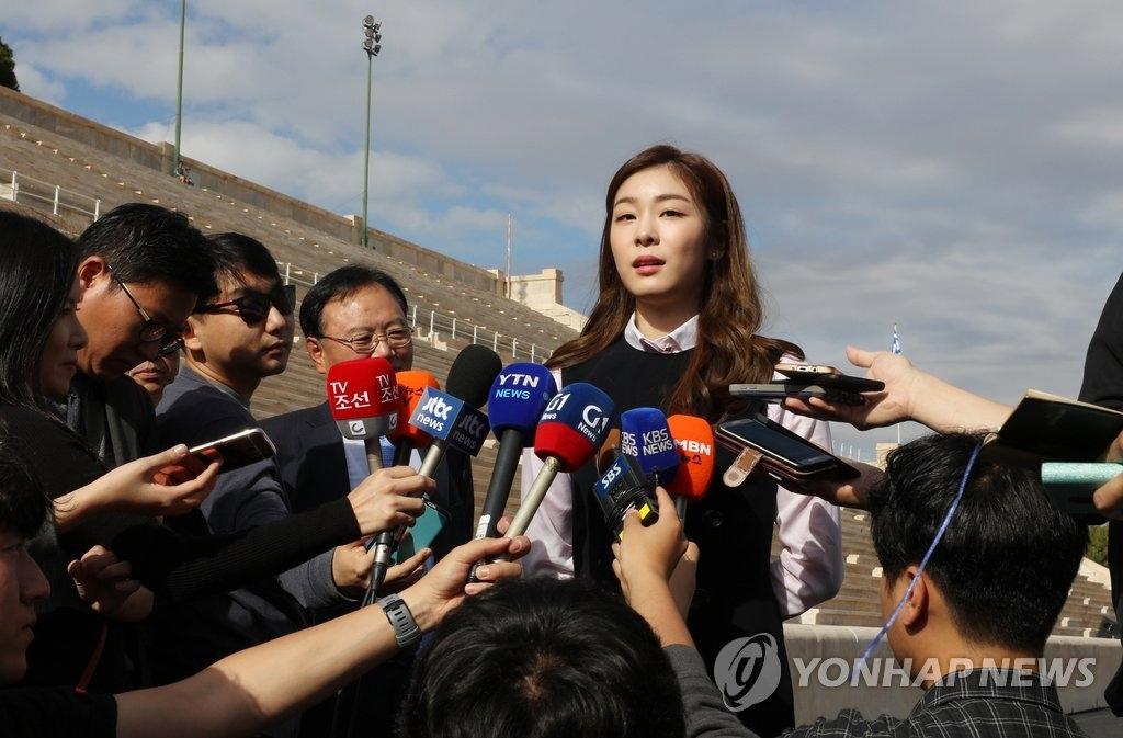 当地时间10月30日,在雅典泛雅典运动场,平昌冬奥宣传大使金妍儿接受采访。(韩联社)