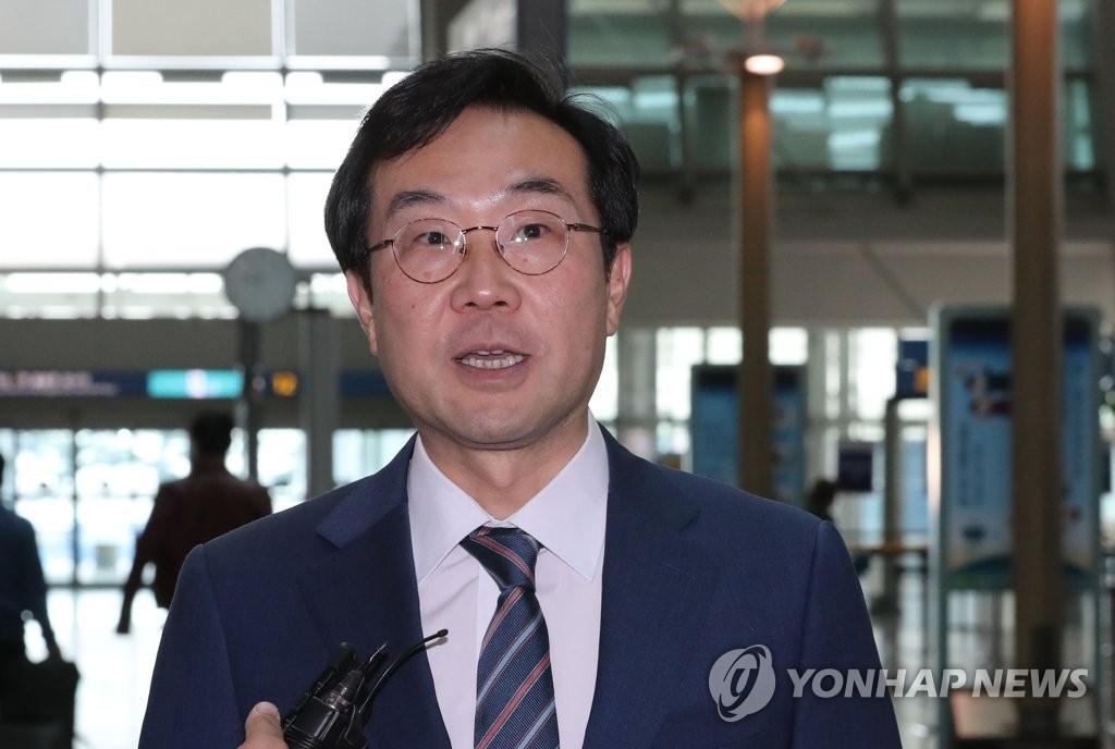10月31日下午,在仁川国际机场,朝核六方会谈韩方团长李度勋启程前往中国前接受媒体采访。(韩联社)
