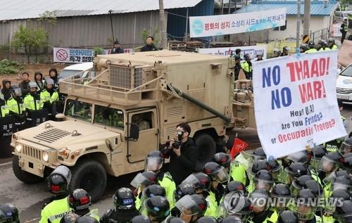 """资料图片:4月26日,在庆尚北道星州郡,载有""""萨德""""反导系统部分组建的卡车进入星州高尔夫球场。(韩联社)"""