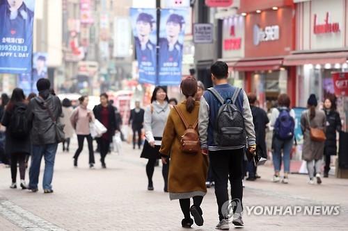 """资料图片:3月12日,首尔著名购物区明洞略显冷清,中国游客明显减少。据韩国旅游行业消息,中国采取限制韩国游反制""""萨德""""入韩措施后,来韩中国游客锐减。(韩联社)"""