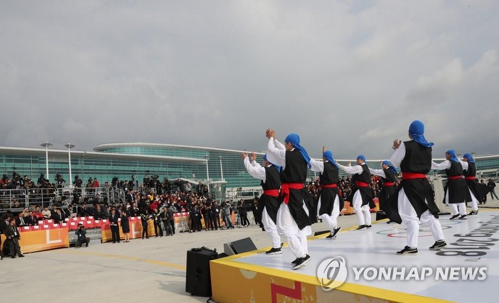 1日上午8时30分,运送圣火的专机抵达仁川国际机场。图为圣火欢迎仪式现场表演。(韩联社)