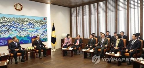 11月1日上午,在国会议长室,文在寅(左一)与议长丁世均(左二)及各大党党首座谈。(韩联社)