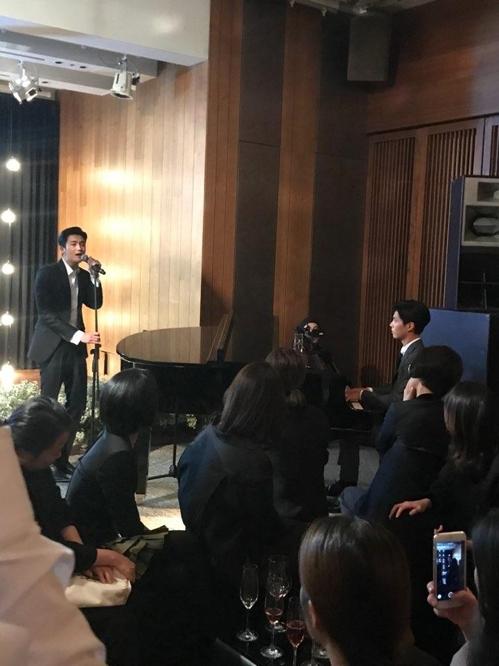 10月31日晚,在新罗酒店,朴炯植(左)随着朴宝剑的钢琴演奏献唱。(韩联社读者提供)