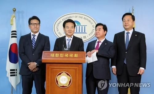 10月11日上午,在国会,东北亚和平合作议员外交团发表访美结果。(韩联社)