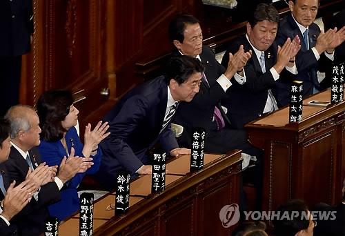 11月1日,在东京,安倍晋三(左四)第四次当选首相。(韩联社)