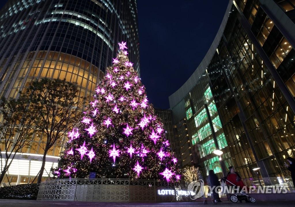 11月1日,乐天世界大厦在前广场布置超大型圣诞树。(韩联社)
