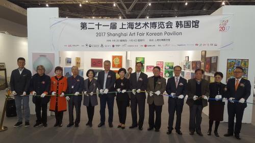 韩国美术品亮相上海艺博会