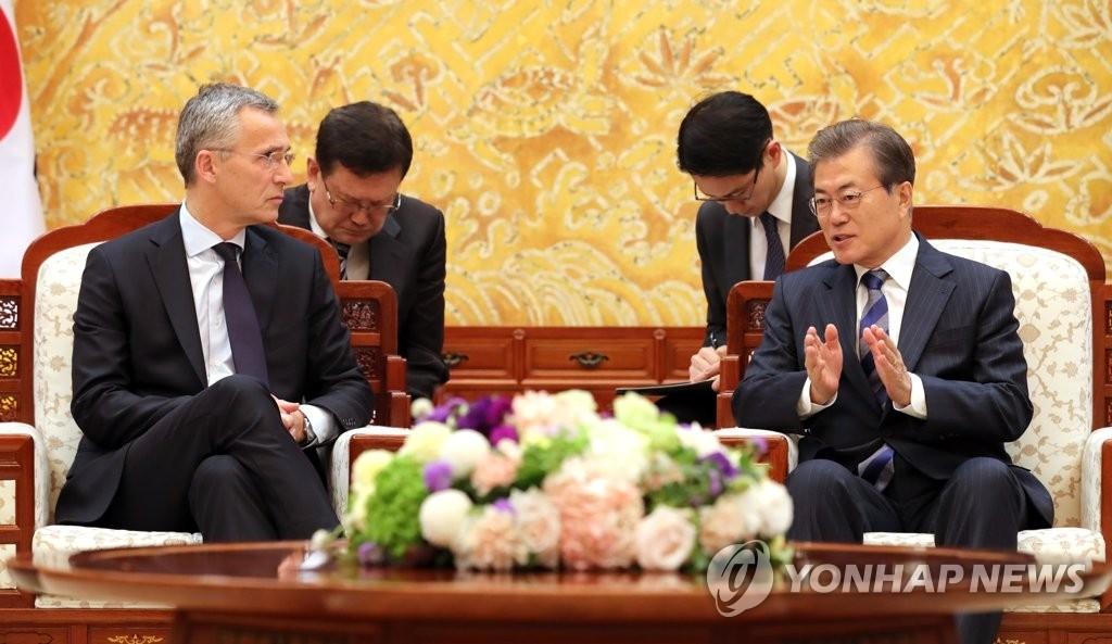 11月2日,在青瓦台,韩国总统文在寅(右)与到访的北约秘书长斯托尔滕贝格交谈。(韩联社)