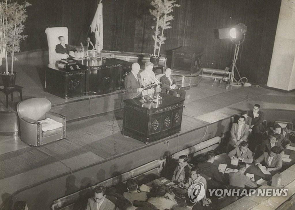 资料图片:1960年6月20日,美国时任总统艾森豪威尔在韩国国会演讲,开创美总统在韩国国会演讲的先河。(韩联社/国会图书馆提供)