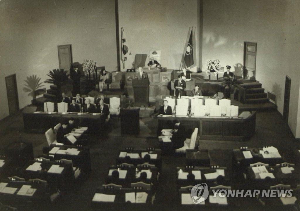 资料图片:1966年11月2日,美国时任总统林登·约翰逊在韩国国会演讲,时值越战正酣,约翰逊强调韩美友谊反对共产主义。(韩联社/国会图书馆提供)