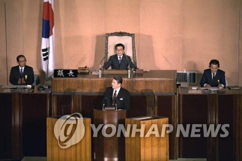 资料图片:1983年11月12日,美国时任总统里根造访韩国国会,力陈捍卫自由世界的决心,当时大韩航空007号班机遭袭不久,韩朝之间尖锐对峙。(韩联社/国会图书馆提供)