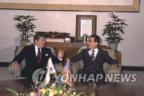 资料图片:1983年11月12日,美国时任总统里根(左)造访韩国国会,与时任国会议长蔡汶植交谈。(韩联社/国会图书馆提供)