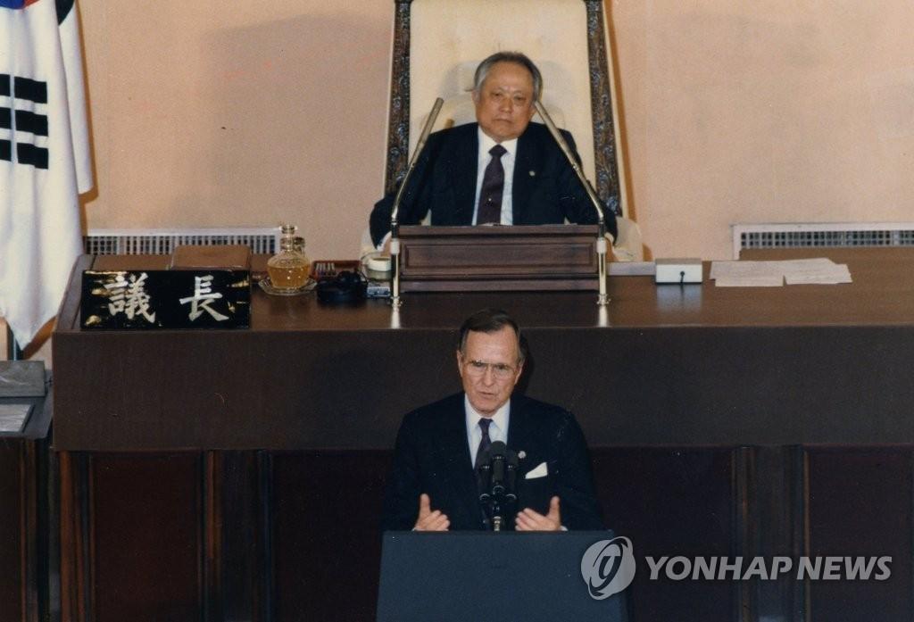 资料图片:1989年2月27日,美国时任总统老布什在韩国国会发表演讲。(韩联社/国会图书馆提供)