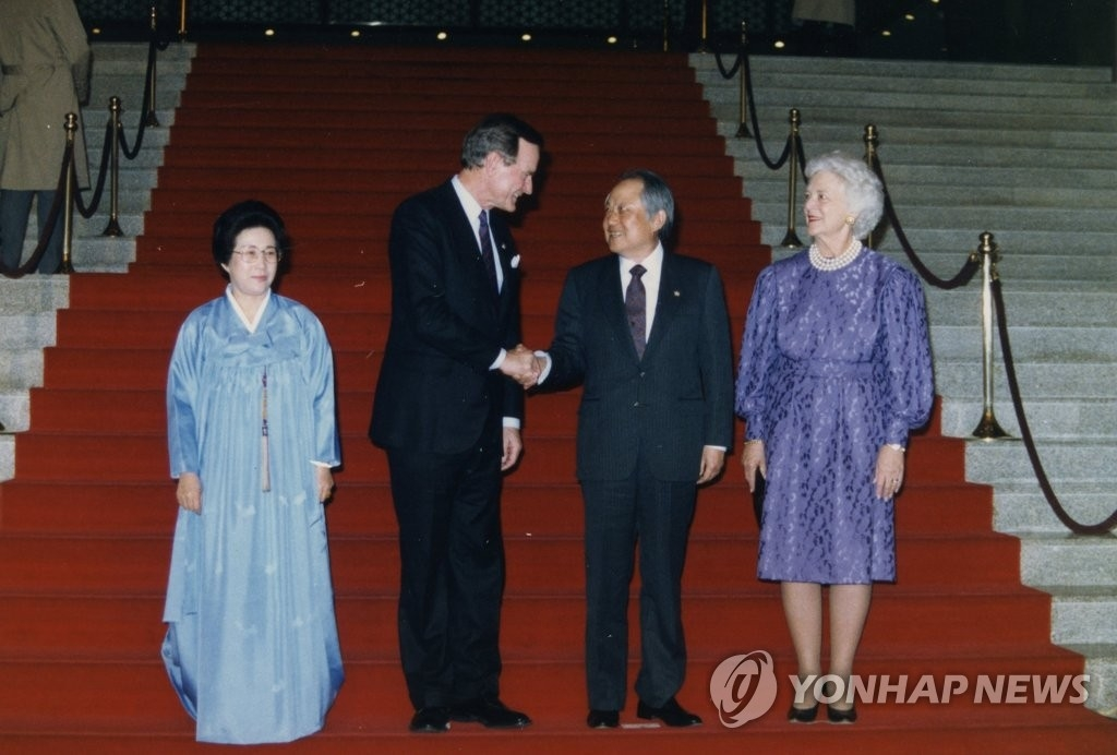 资料图片:1989年2月27日,老布什(左二)到访韩国国会与时任国会议长金在淳(右二)握手。(韩联社/国会图书馆提供)