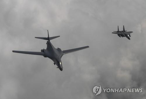 资料图片:7月30日,2架美国B-1B战略轰炸机在韩国空军F-15K战机的护卫下飞抵半岛上空。(韩联社/韩国空军提供)